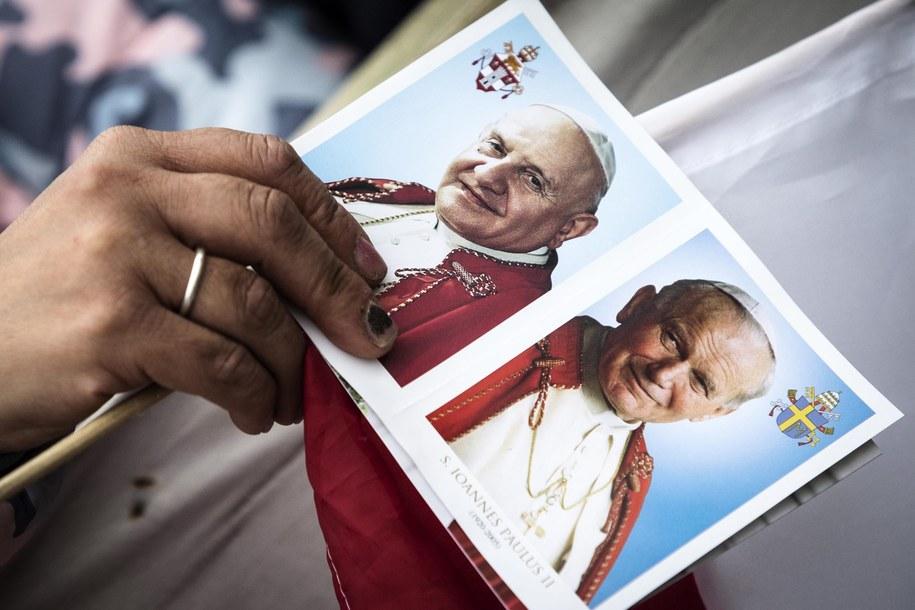 Potrety dwóch kanonizowanych papieży /ANGELO CARCONI /PAP/EPA