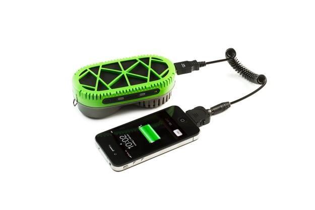 PowerTrekk zamienia wodę w energię elektryczną /materiały prasowe