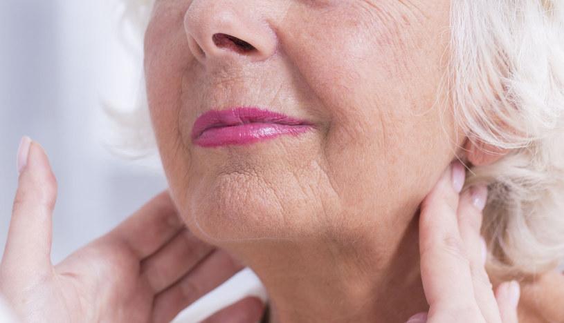 Powiększone z obu stron i tkliwe węzły szyjne mogą być jednym z objawów infekcji /123RF/PICSEL