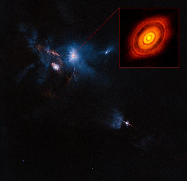 Powiekszony obraz dysku wokół HL Tauri na tle zdjęcia otoczenia gwiazdy, wykonanego przez teleskop Hubble'a. Źródło: ALMA (ESO/NAOJ/NRAO), ESA/Hubble and NASA / Judy Schmidt /materiały prasowe