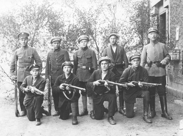 Powstańcy śląscy. Zdjęcie z 1919 roku /Z archiwum Narodowego Archiwum Cyfrowego