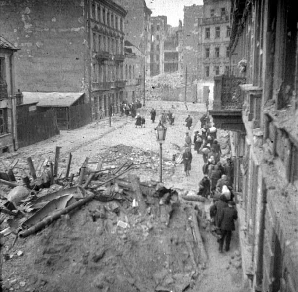 Powstanie Warszawskie. Rok 1944. Barykada na jednej z ulic. /Baniewicz /PAP