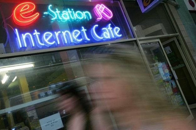 Powszechność internetu rodzi strach przed cyberprzemocą /AFP