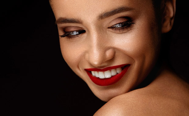 Poza kształtem i kolorem o atrakcyjności zębów decyduje ich połysk. /©123RF/PICSEL