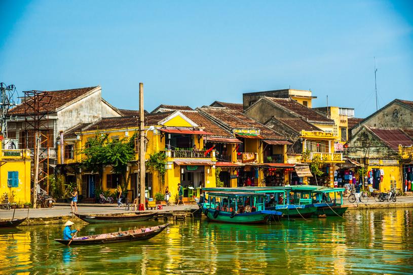 Poza niezliczonymi lampionami znakiem rozpoznawczym Hoi An są wiekowe kupieckie domy o solidnych murach malowanych na słoneczne kolory /123RF/PICSEL