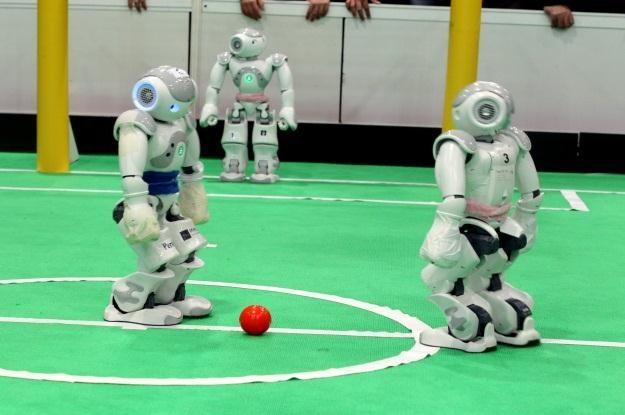 Poza piłką nożną, roboty lubią także inne gry /AFP