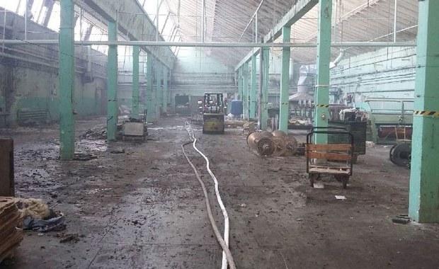 Pożar hali z tkaninami w Pabianicach. Z ogniem walczyło 20 zastępów straży pożarnej