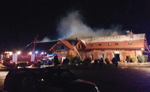 Pożar karczmy na Mazowszu. Z ogniem walczyło 20 zastępów straży pożarnej