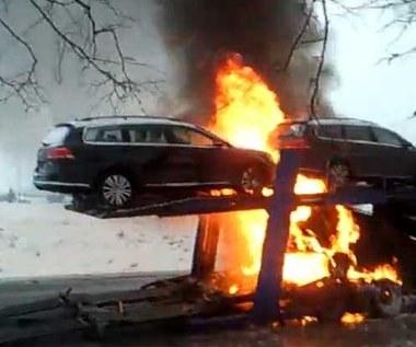 Pożar lawety z  Volkswagenami. Jak to możliwe?
