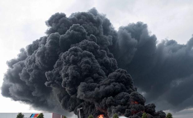 Pożar magazynów z materiałami izolacyjnymi. W budynek uderzył piorun