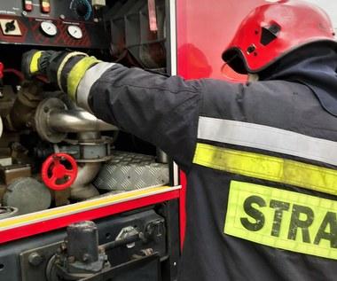 Pożar szkoły w Małopolsce. Najpierw zapalił się autobus zaparkowany obok budynku