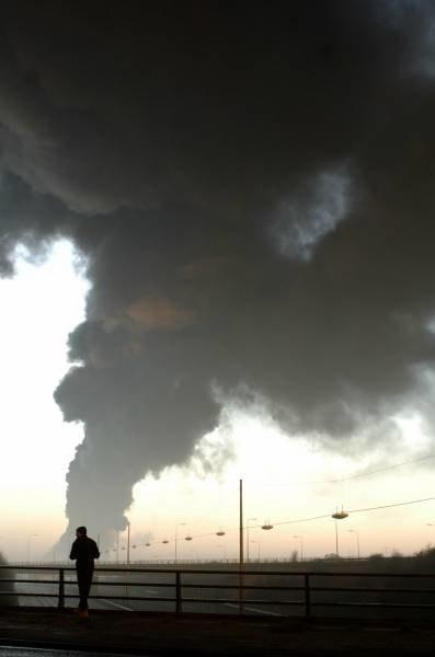 Pożar widać nawet z odległości 40 kilometrów /AFP