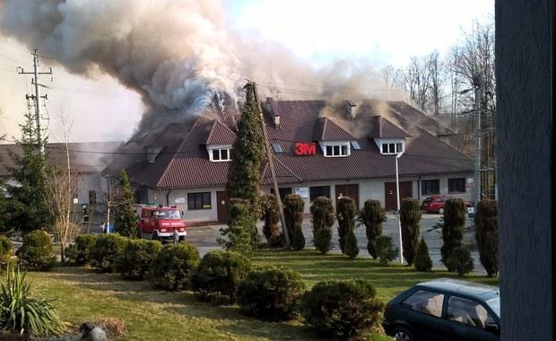 Pożar zakładu w Skomielnej Białej. Z żywiołem walczyło 15 zastępów strażaków