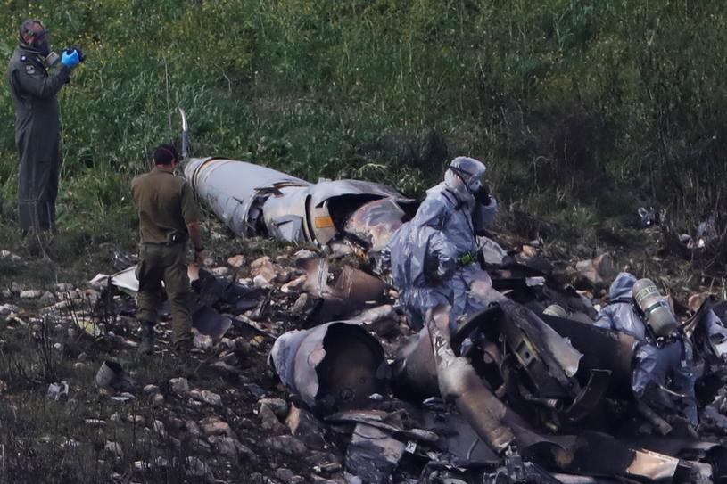 Pozostałości po zestrzelonym F-16 /RONEN ZVULUN /Reuters