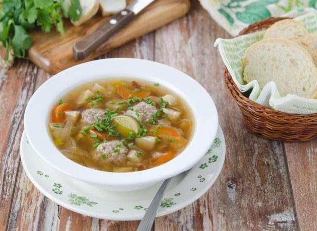 Pożywne klopsy w zupie z jarzyn /©123RF/PICSEL