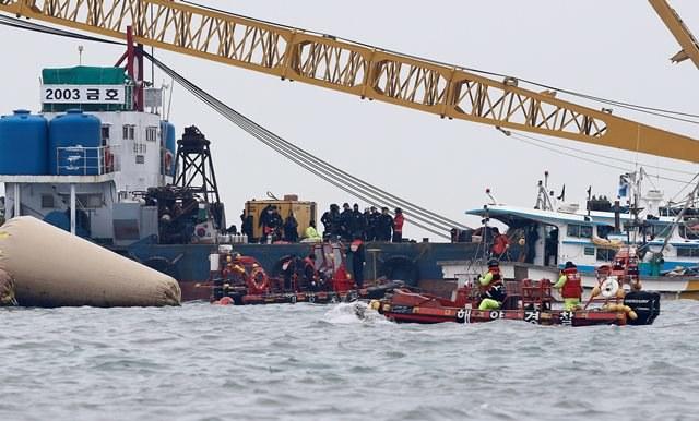 Prace poszukiwawcze przy zatopionym okręcie /JEON HEON-KYUN /PAP/EPA