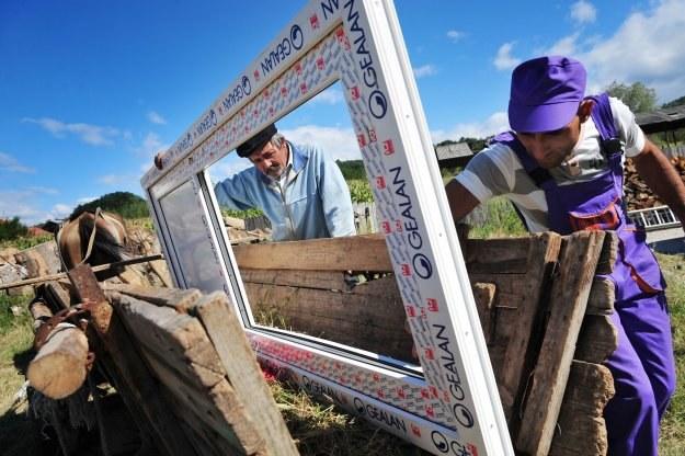 Pracę w Belgii mogą znaleźć głównie fachowcy średniego szczebla: polscy cieśle, murarze... /AFP