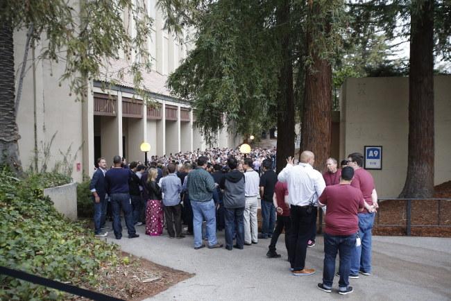 Pracownicy Apple'a przed wejściem na prezentację /PAP/EPA/MONICA DAVEY /PAP/EPA