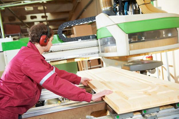 Pracownicy fizyczni w meblarstwie otrzymywali wynagrodzenie w przedziale 2520 zł a 3060 zł /123RF/PICSEL
