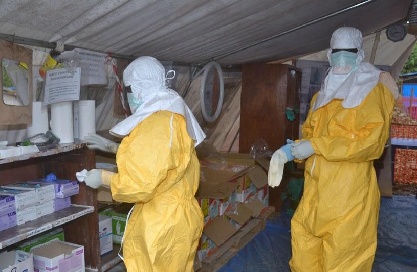 Pracownicy medyczni w specjalnych, ochronnych kombinezonach /AFP