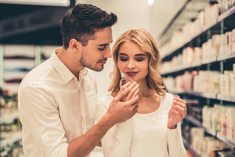 Praktycznie każdy mężczyzna pamięta zapach kosmetyków swojej pierwszej miłości /Pixel