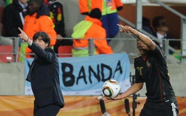 """Prasa twierdzi, że w drużynie Joachima Loewa (z lewej) gra """"banda gejów"""" /AFP"""