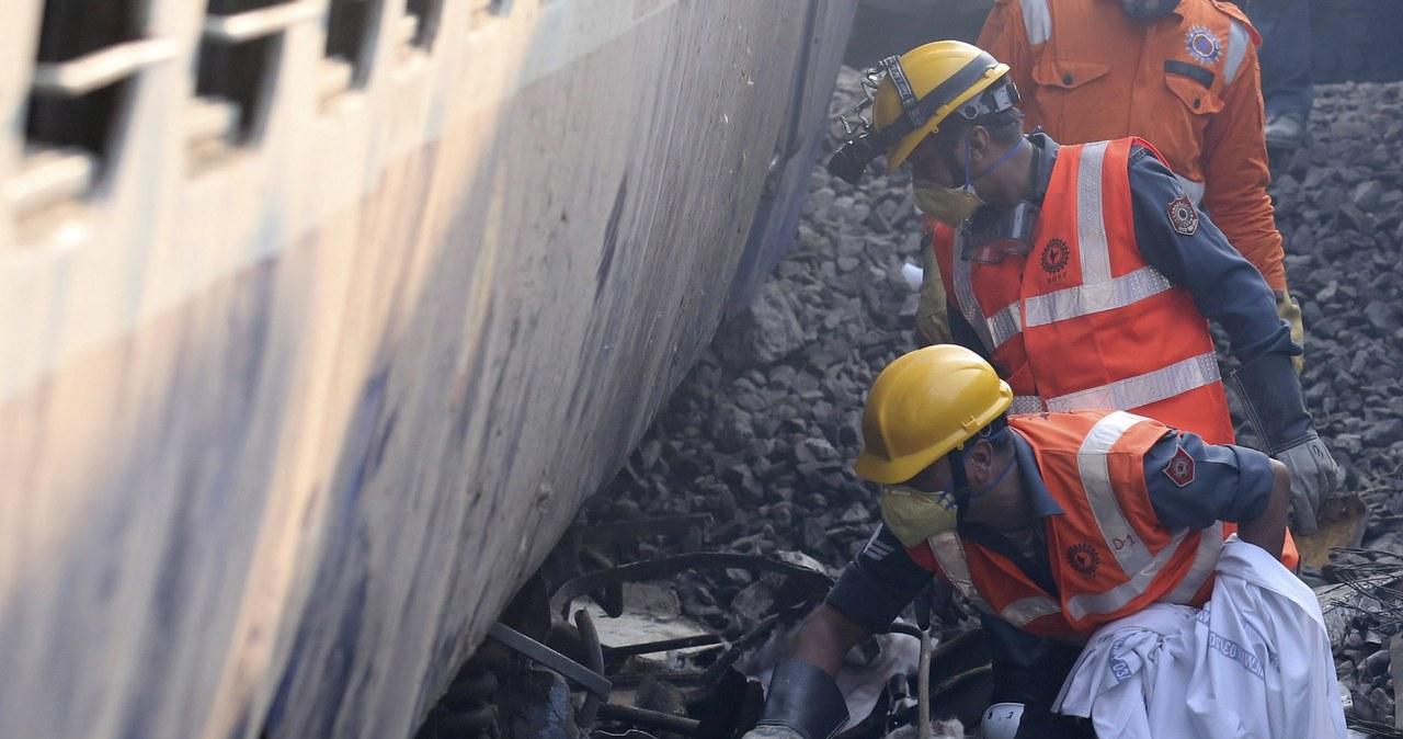 Prawie 140 ofiar katastrofy kolejowej w Indiach. Są problemy z identyfikacją