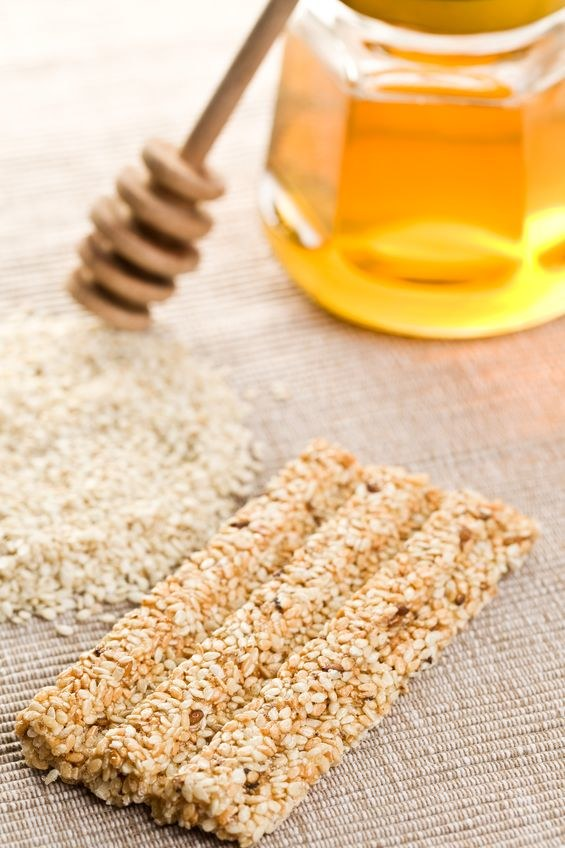 Prażony sezam z dodatkiem miodu i cukru to popularne sezamki /©123RF/PICSEL