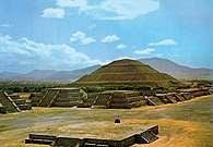 Prekolumbijska sztuka: plac Piramidy Księżyca, Teotihuacan /Encyklopedia Internautica