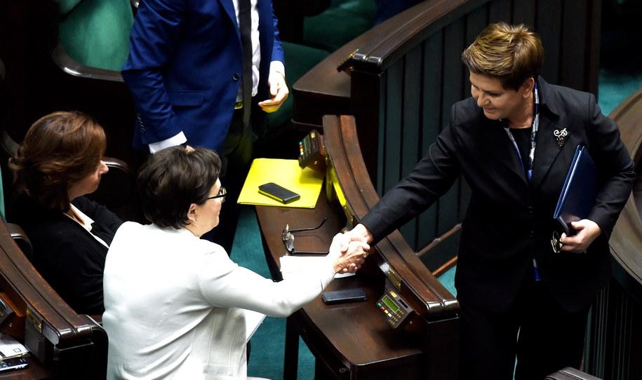 Premier Beata Szydło i była premier Ewa Kopacz po expose /Radek Pietruszka /PAP