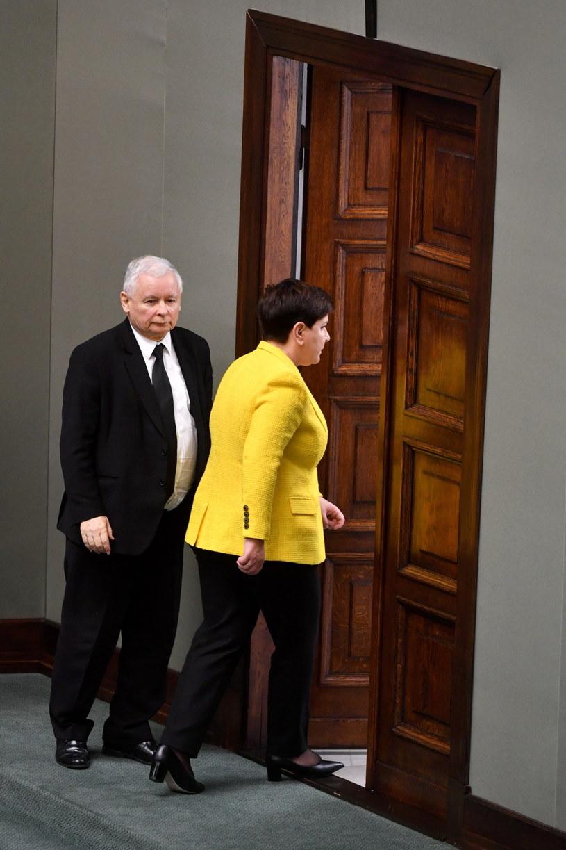 Premier Beata Szydło i prezes PiS Jarosław Kaczyński opuszczają sejmową salę /Bartłomiej Zborowski /PAP