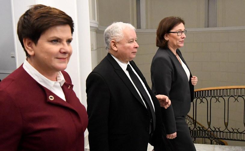 Premier Beata Szydło (L), prezes PiS Jarosław Kaczyński (C) oraz rzeczniczka PiS Beata Mazurek (P) /Bartłomiej Zborowski /PAP