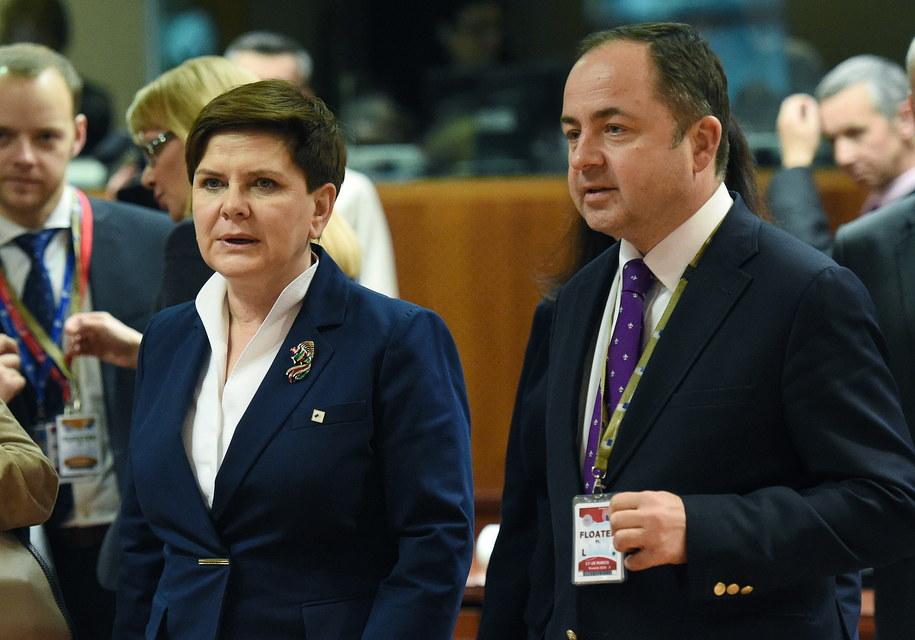Premier Beata Szydło oraz wiceminister spraw zagranicznych Konrad Szymański /Radek Pietruszka /PAP