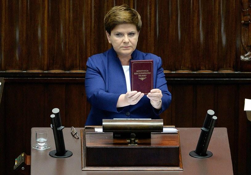 Premier Beata Szydło w Sejmie z Konstytucją RP /Jacek Turczyk /PAP