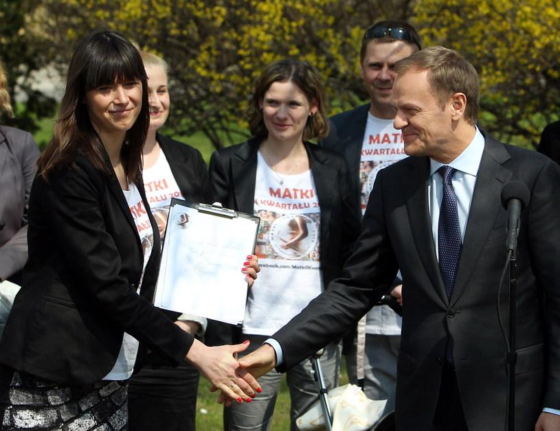 """Premier Donald Tusk i Aneta Siejka z ruchu """"matek I kwartału"""" /Radek Pietruszka /PAP"""
