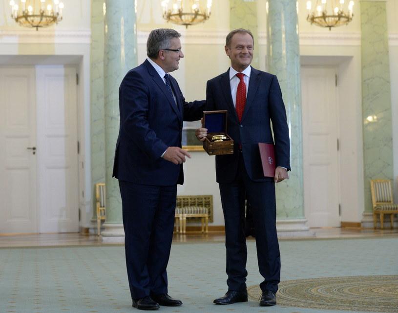 Premier Donald Tusk i prezydent Bronisław Komorowski podczas uroczystości przyjęcia przez prezydenta RP dymisji Rady Ministrów /Jacek Turczyk /PAP