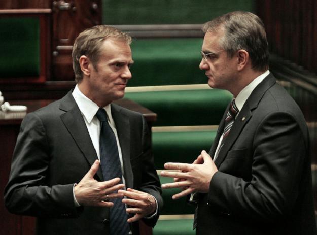 Premier Donald Tusk (L) i minister gospodarki Waldemar Pawlak /AFP