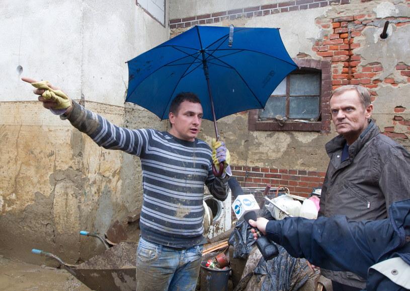 Premier Donald Tusk (P) rozmawia z mieszkańcem miasta podczas wizyty w Głuchołazach. /Andrzej Grygiel /PAP