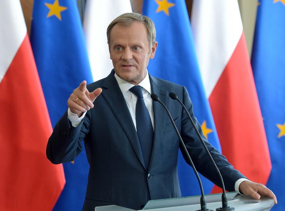 Premier Donald Tusk podczas poniedziałkowej konferencji prasowej /Radek Pietruszka /PAP