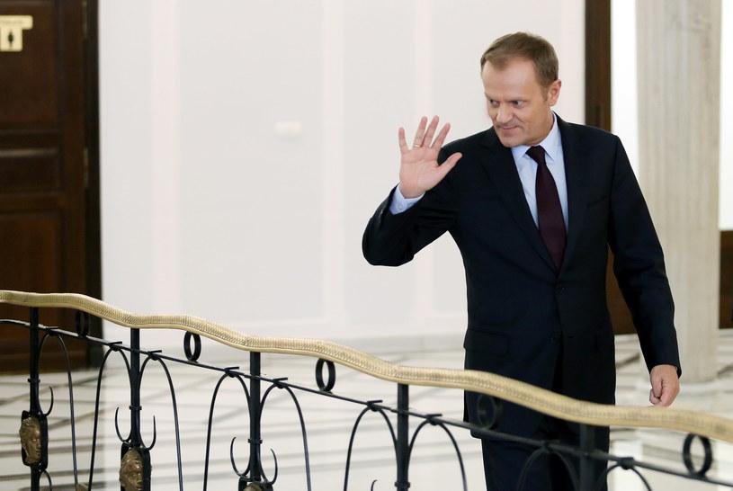 Premier Donald Tusk wychodzi z Sejmu /Radek Pietruszka /PAP