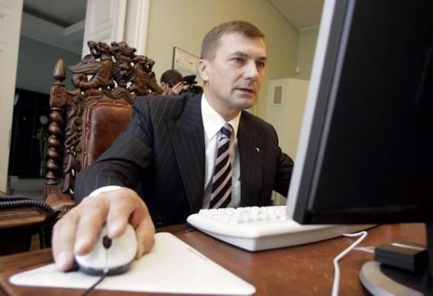 Premier Estonii, Andrus Ansip, oddaje swój głos poprzez internet. Estończycy woleli urny wyborczne /AFP