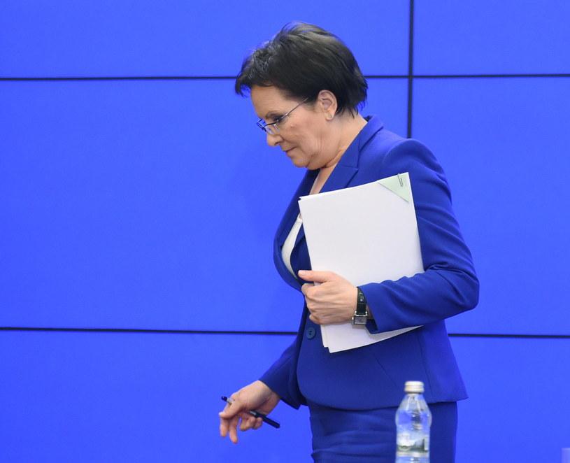 Premier Ewa Kopacz cieszy się coraz większym poparciem, wg sondażu CBOS /Radek Pietruszka /PAP