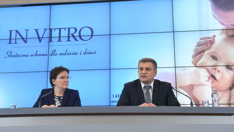 Premier Ewa Kopacz (L) i minister zdrowia Bartosz Arłukowicz (P), podczas konferencji prasowej po posiedzeniu rządu /Radek Pietruszka /PAP