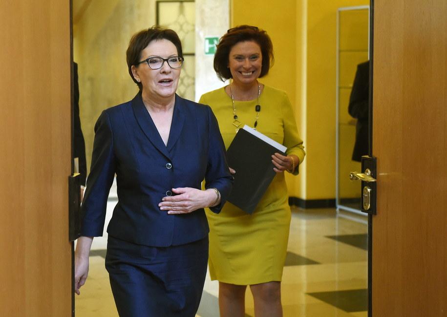 Premier Ewa Kopacz (L) oraz rzecznik rządu Małgorzata Kidawa-Błońska (P) /Radek Pietruszka /PAP