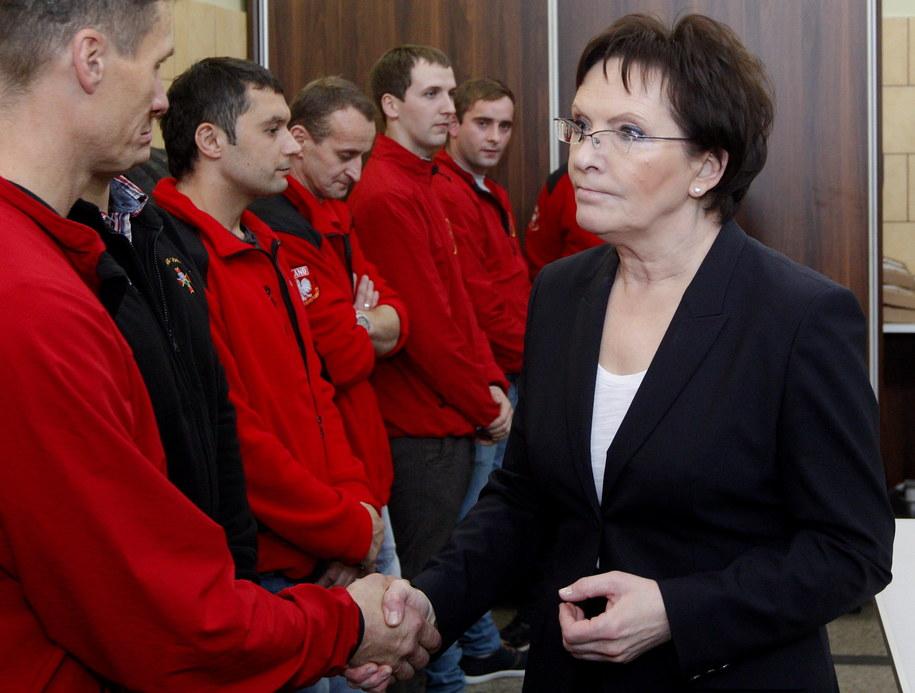 """Premier Ewa Kopacz (P) spotkała się z ratownikami w Kopalni Węgla Kamiennego """"Mysłowice-Wesoła"""" /Andrzej Grygiel /PAP"""