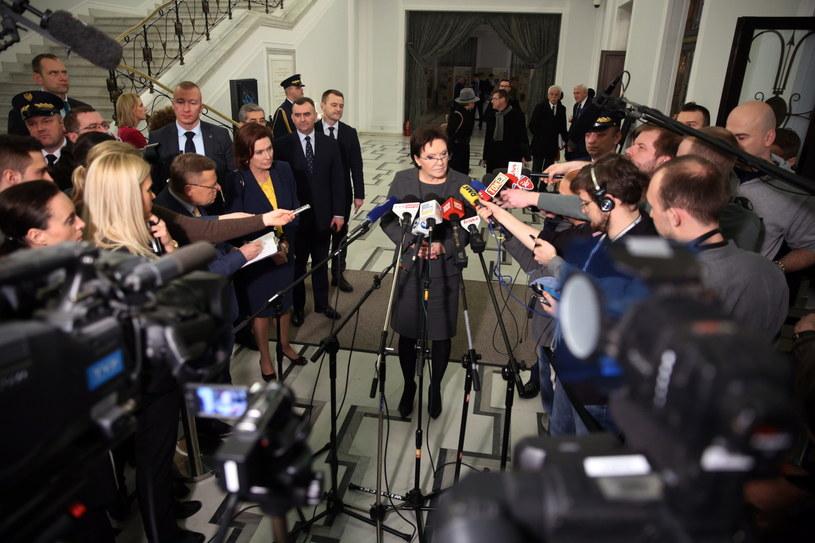 Premier Ewa Kopacz podczas konferencji prasowej /Tomasz Gzell /PAP