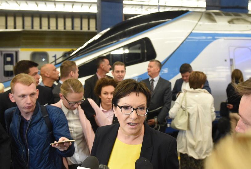Premier Ewa Kopacz rozmawia z dziennikarzami na dworcu Warszawa Centralna przed wyruszeniem w podróż koleją na Dolny Śląsk /Radek Pietruszka /PAP