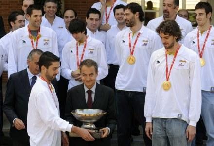 Premier Hiszpanii Jose Luis Rodriguez Zapatero spotkał się z mistrzami Europy /AFP