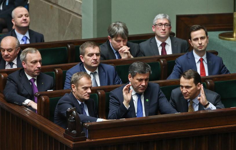 Premier i ministrowie podczas głosowania w związku z pierwszym czytaniem projektu ustawy dot. zmian w systemie emerytalnym /Rafał Guz /PAP