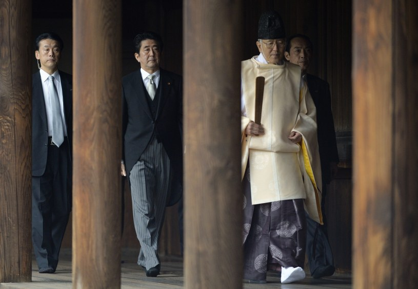 Premier Japonii Shinzo Abe w świątyni Yasukuni /PAP/EPA